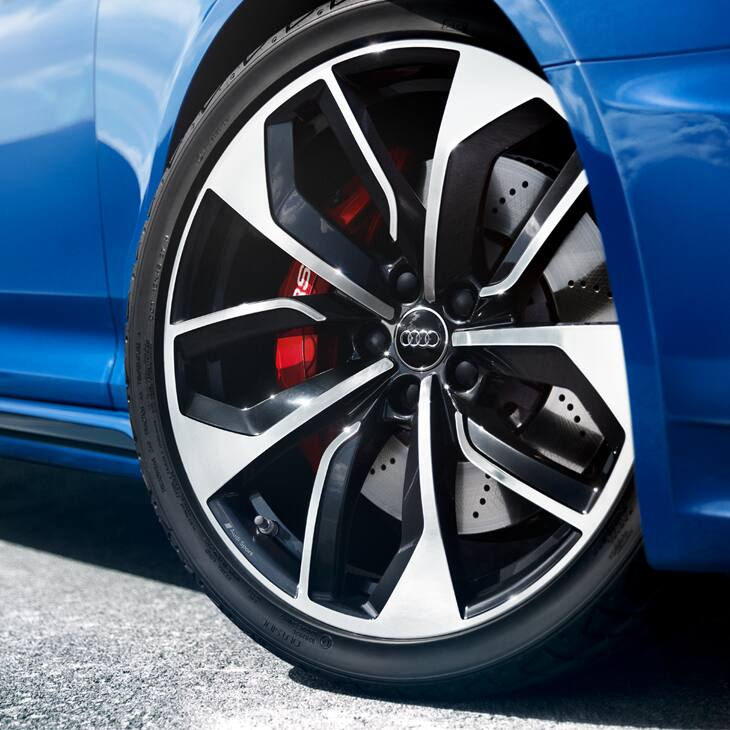 The standard RS high-performance brake system stops the Audi RS 4 Avant particularly quickly.